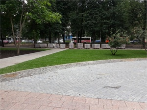 Устройство газона началось в сквере имени 1905 года