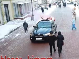 Деда Мороза привязали к машине и прокатили на попе по Большой Покровской
