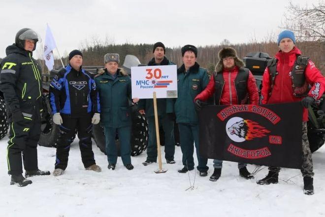 Нижегородские водолазы погрузили флаг 30-летия МЧС России на дно уникального озера - фото 2