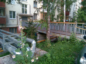 Чиновники пообещали решить проблемы благоустройства двора на Ильинской