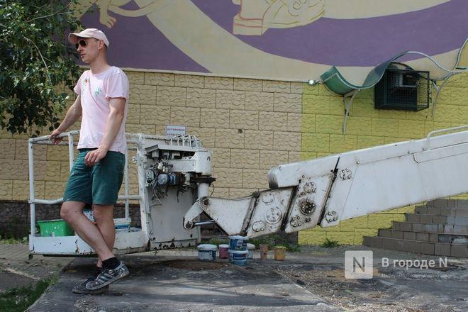 Масштабный стрит-арт по мотивам «Алисы в стране чудес» создает в Нижнем Новгороде минский художник - фото 2