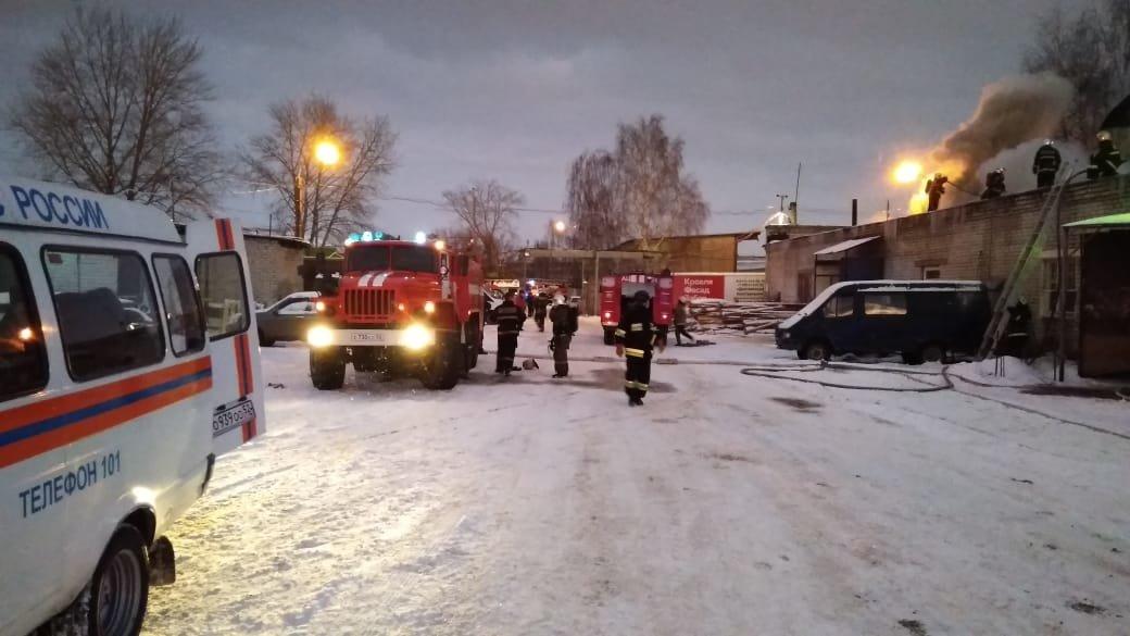 Автосервис горел в Сормовском районе