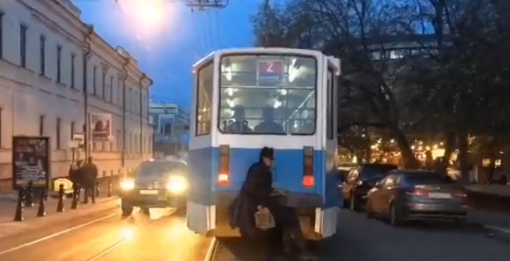 Нижегородский бэтмен предпочитает передвигаться на трамвае - фото 1