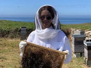 Нижегородская модель Наталья Водянова собрала мед на острове черных пчел
