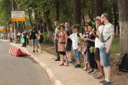 Защитники «Швейцарии» провели юбилейное стояние с фонариками вдоль парка