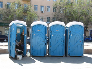 Медведев накажет губернаторов за уличные туалеты в школах