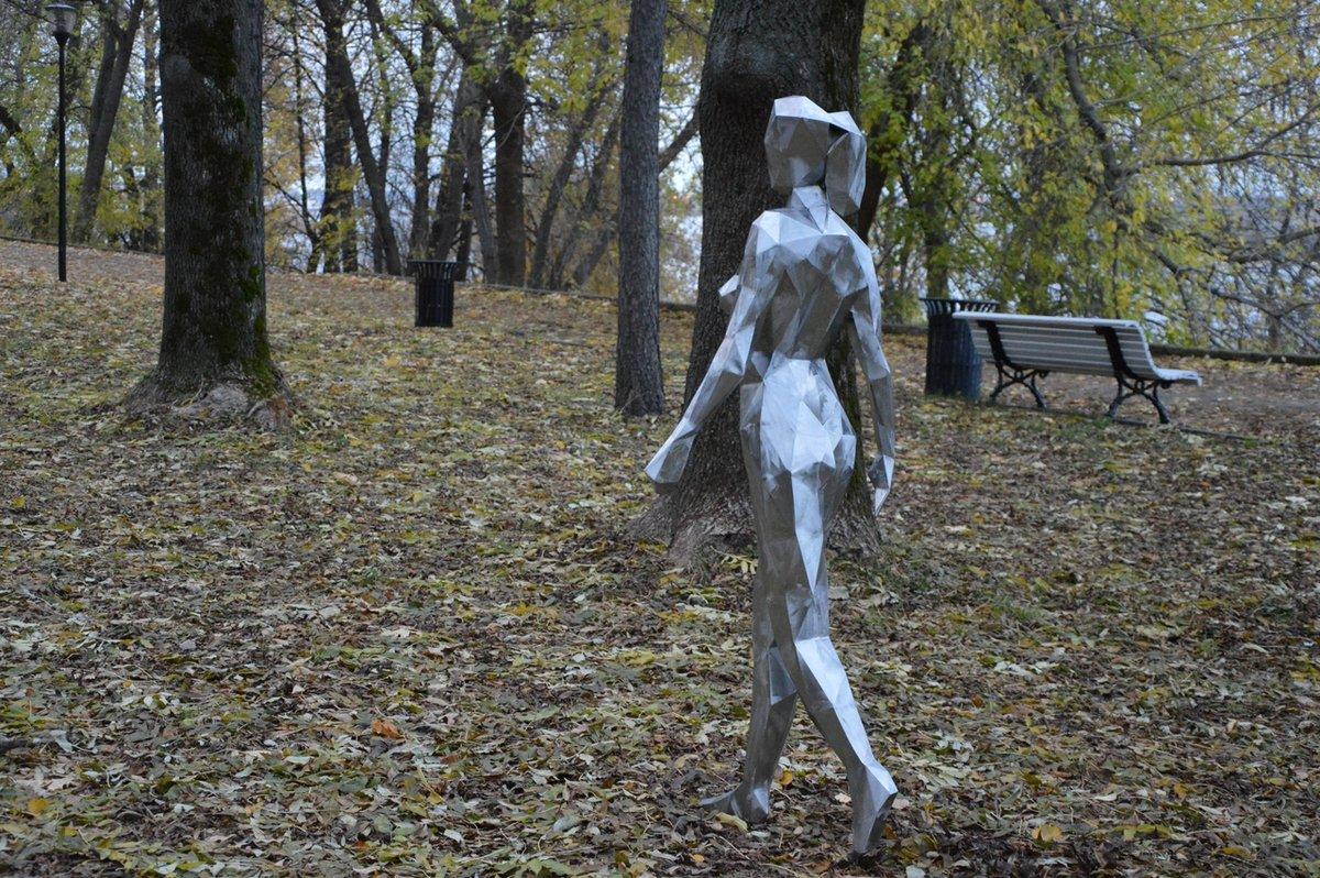 Обнаженная Ева «прошлась» по Александровскому саду - фото 2