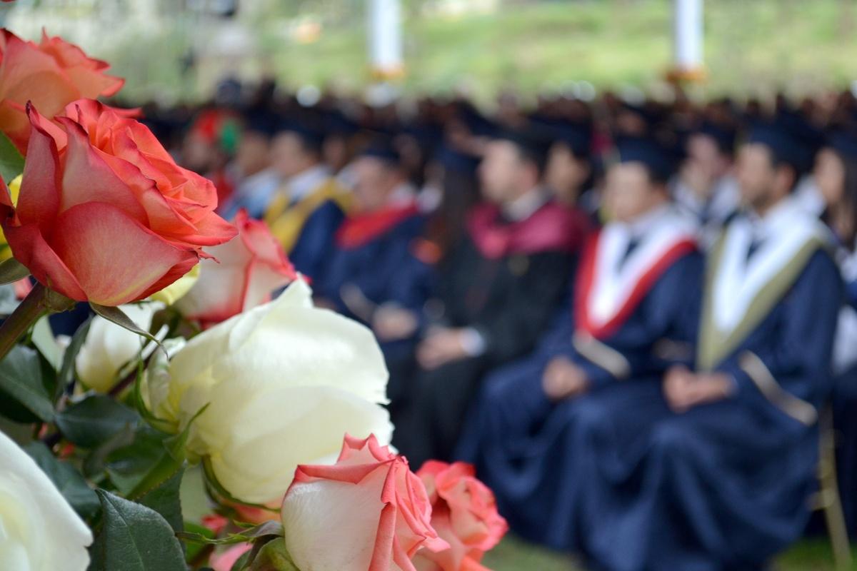 Как школьники из разных стран празднуют выпускной в период пандемии - фото 1
