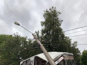 Автобус с пассажирами врезался в столб в Автозаводском районе