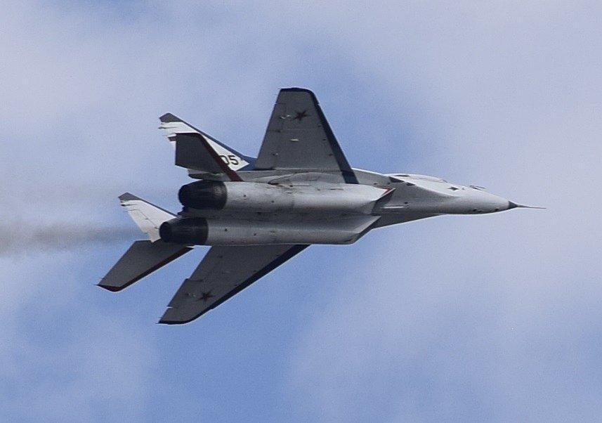 Фигуры высшего пилотажа показал «МиГ-29» над Нижним Новгородом в День Победы - фото 2